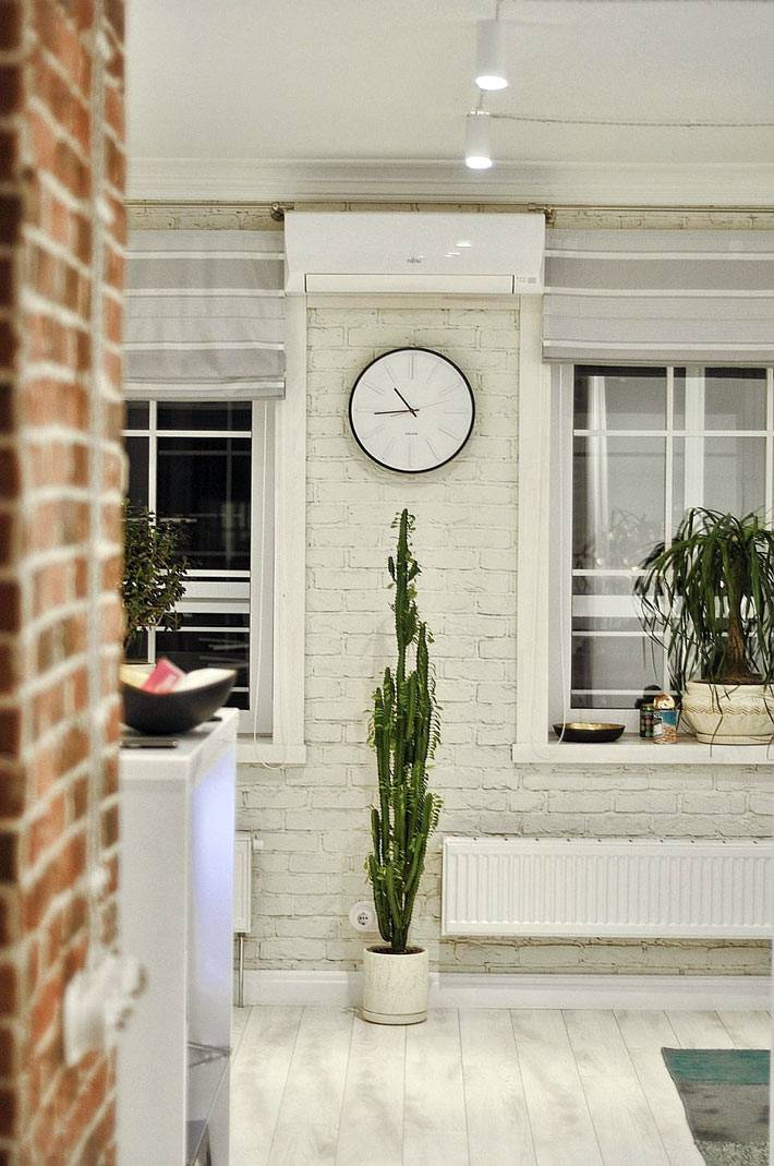 кирпичные стены белого цвета в интерьере квартиры-студии
