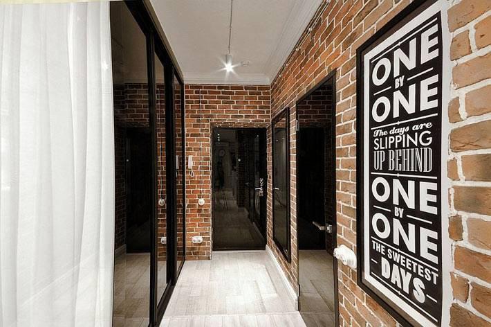 стена из красного кирпича в дизайне коридора квартиры фото