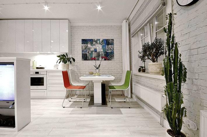 интерьер глянцевой кухни с кирпичными стенами белого цвета