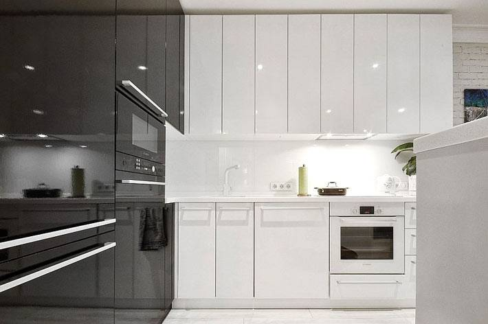 красивый интерьер двуцветной кухни с глянцевыми фасадами