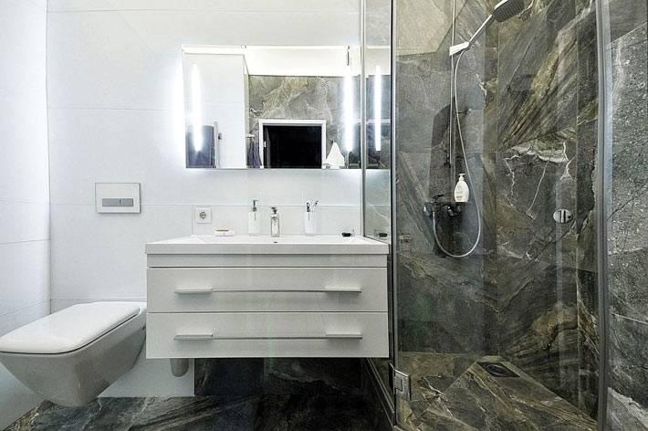 дизайн ванной комнаты с мраморной плиткой в душевой кабине