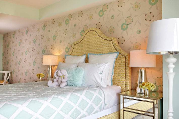 красивая спальня в приятных тонах с желтой кроватью