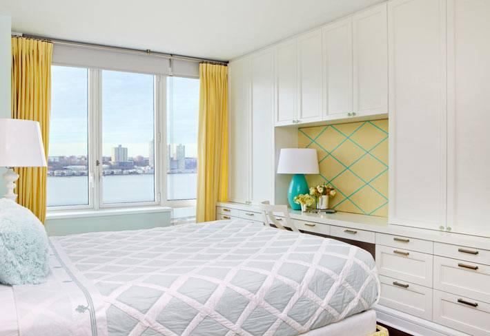 модульный белый шкаф в красивой спальне фото