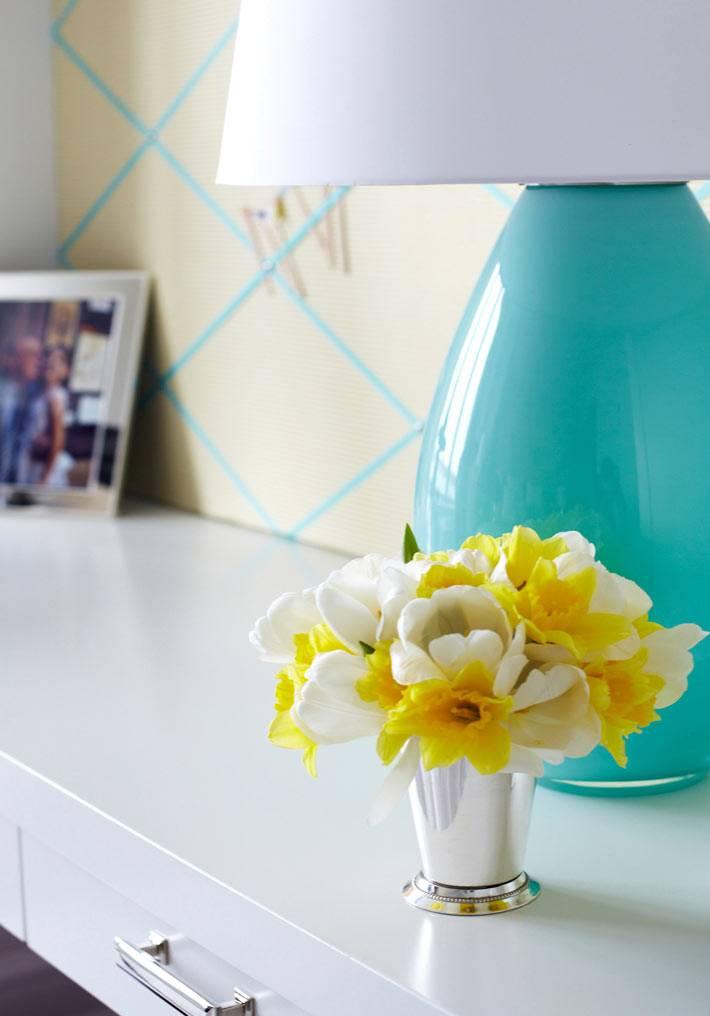 настольная лампа бирюзового цвета на белом рабочем столе в спальне
