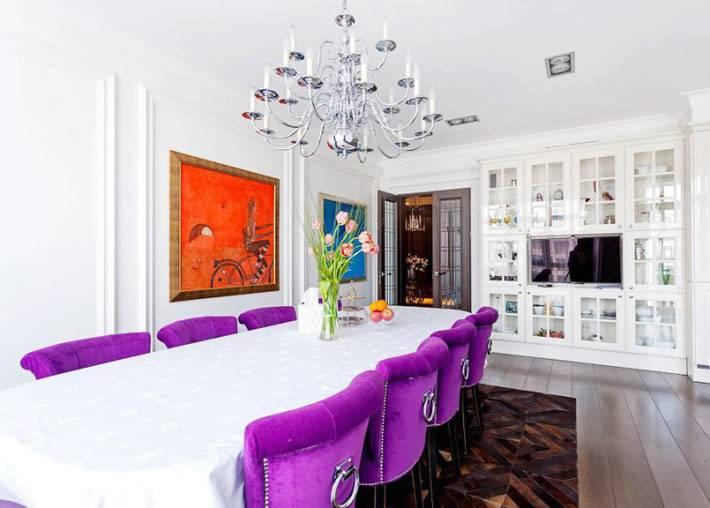 красивый дизайн столовой комнаты с фиолетовыми стульями