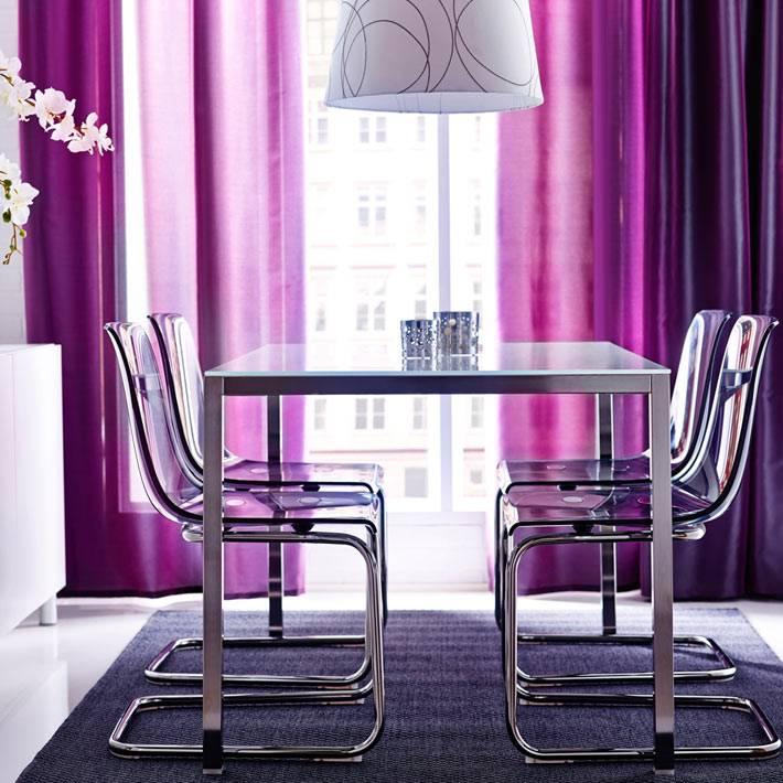 современный интерьер столовой с фиолетовыми шторами