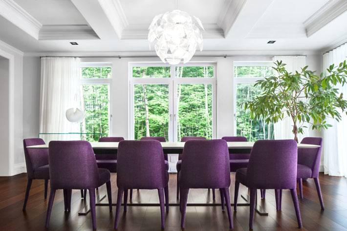 фиолетовая мебель в дизайне столовой комнаты
