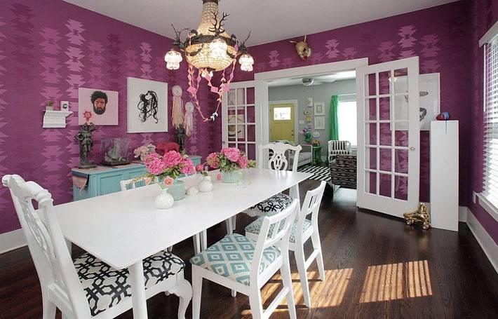 красивый дизайн интерьера столовой комнаты с фиолетовыми стенами