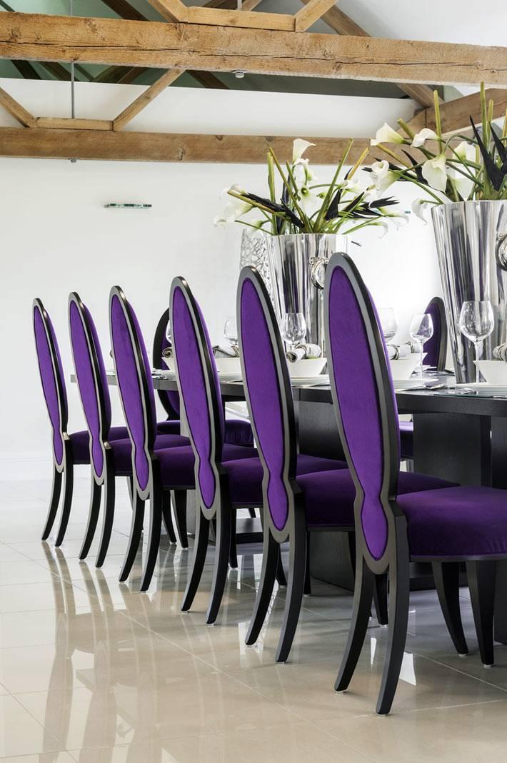светлый интерьер столовой с фиолетовыми стульями