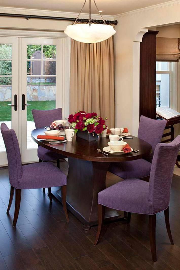 маленькая столовая зона с фиолетовой мягкой мебелью