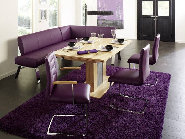 современный дизайн столовой с фиолетовой мебелью