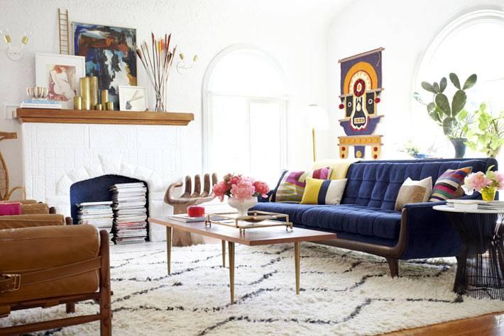 красивая светлая гостиная комната от дизайнера Emily Henderson