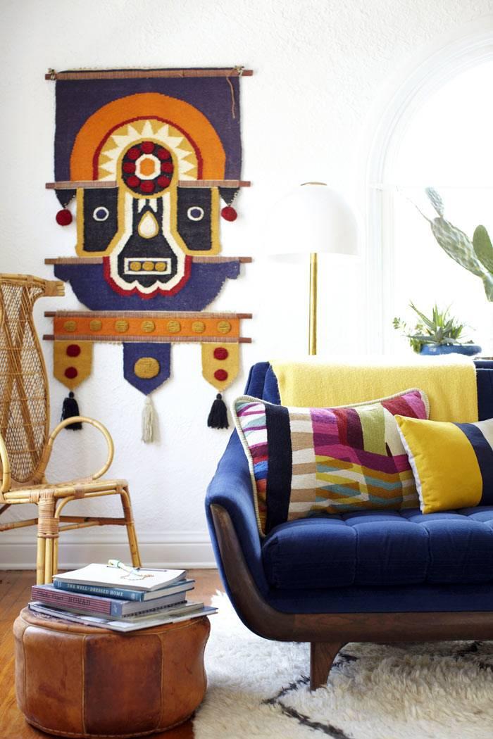 разноцветные детали и орнаменты в дизайне гостиной комнаты