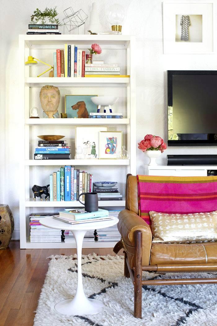 белые стеллажи с книгами в интерьере гостиной комнаты фото