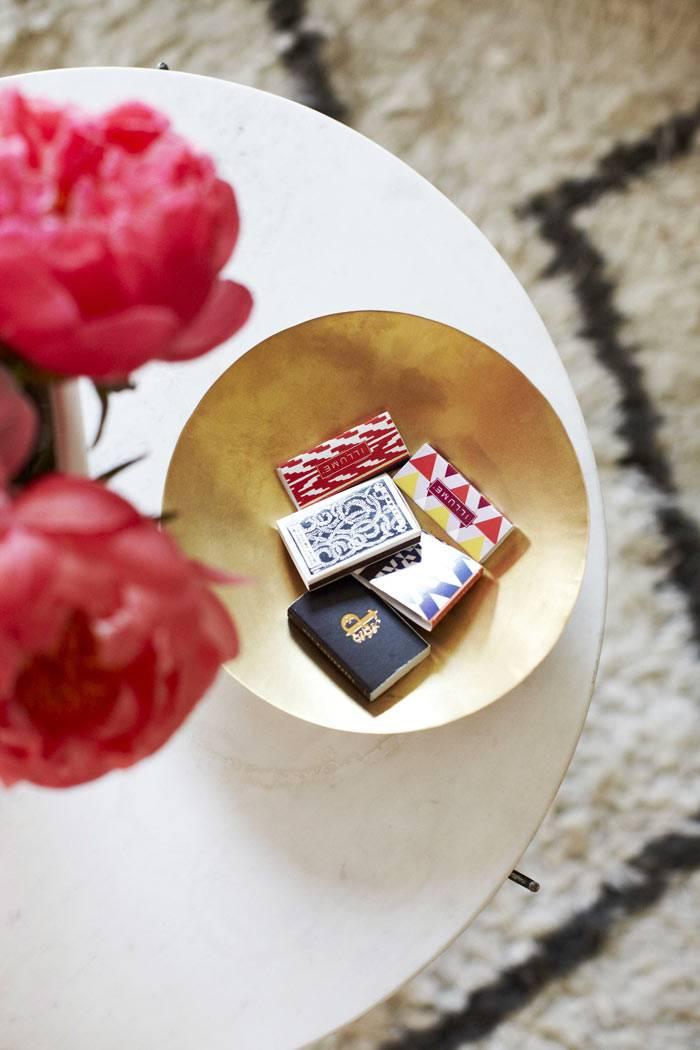 декор гостиной комнаты - на белом кофейном стилике красные пионы