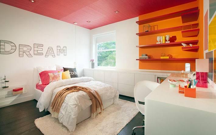 розовый потолок и яркие краски в дизайне комнаты подростка