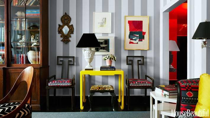 яркая мебель и обои в полоску в интерьере дома на манхеттене