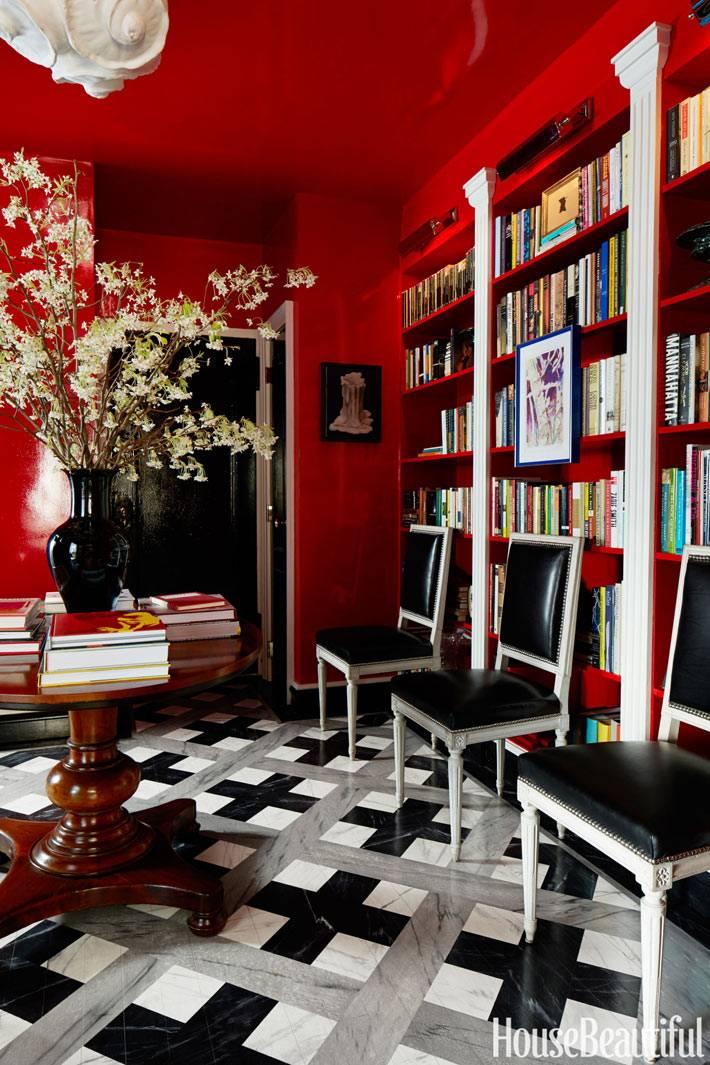ярко красные стены и потолок в дизайне интерьера дома