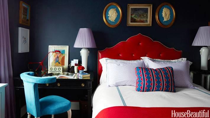 темно-синие стены в спальне с красной кроватью фото