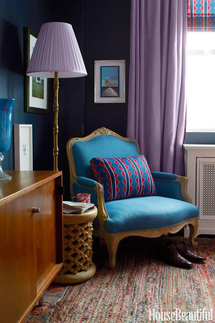 уютный уголок для чтения с фиолетовым торшером