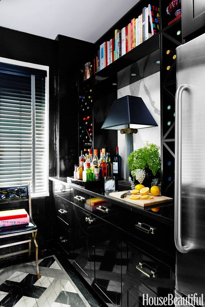стильная кухня в черном цвете с книжной полкой
