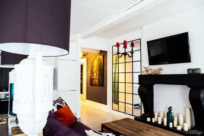 яркий дизайн интерьера гостиной с белой кирпичной стеной