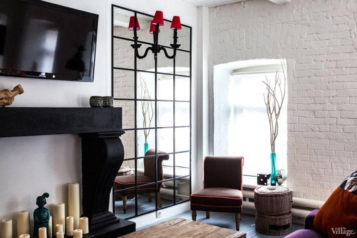 интерьер гостиной с белой кирпичной стеной фото