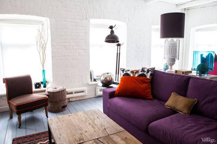 фиолетовый ливан и белые кирпичные стены в гостиной комнаты