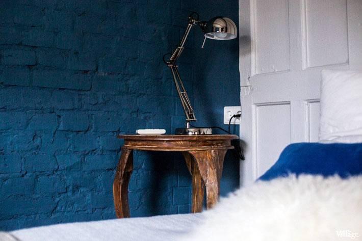 синяя кирпичная стена в интерьере спальни