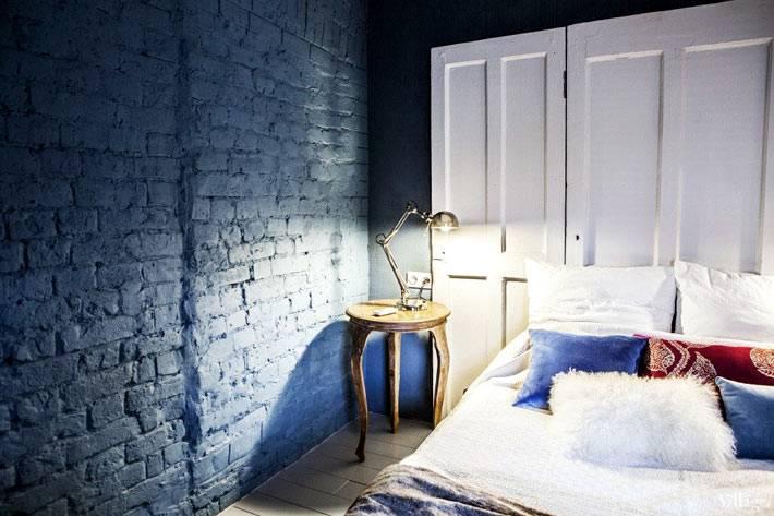 синяя кирпичная стена в дизайне спальни с тиле лофт
