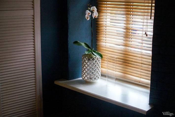 уютный интерьер спальной комнаты с деревянными жалюзи