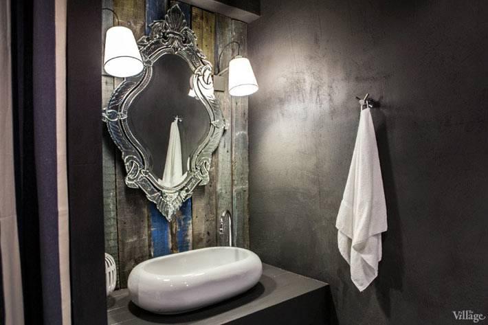 зеркало в резной металлической раме в ванной комнате
