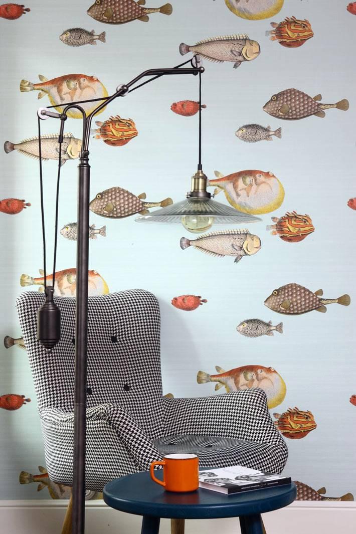 обои с рыбками и кресло в клетку в дизайне квартиры