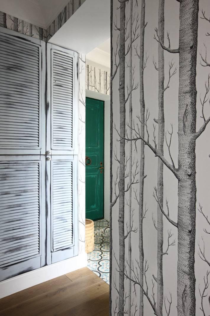 серые обои с деревьями в дизайне прихожей