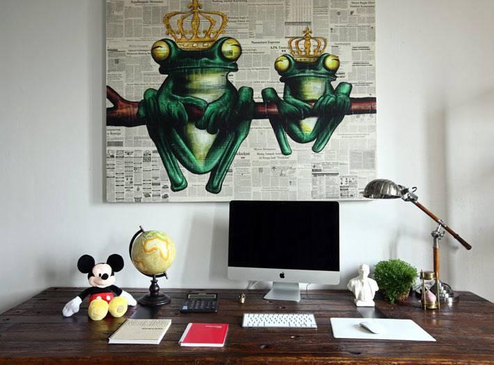 картина с лягушками на рабочем месте в квартире фото