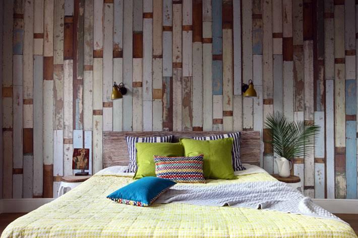 деревянная стена в интерьере спальной комнаты