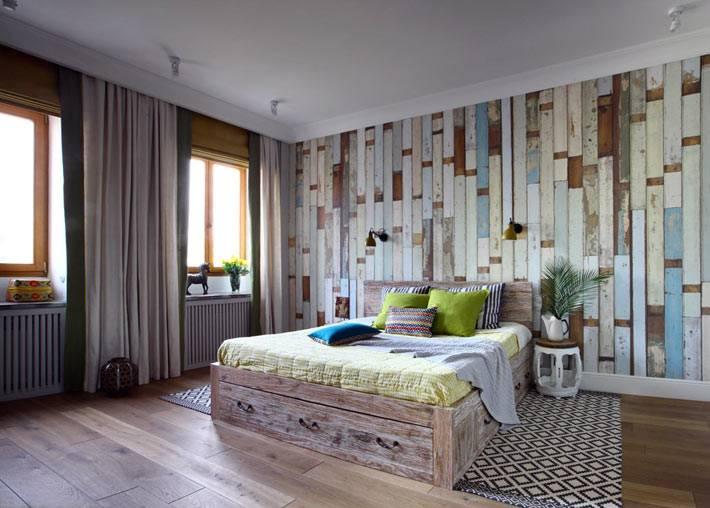 деревянные панели на стене в спальне фото