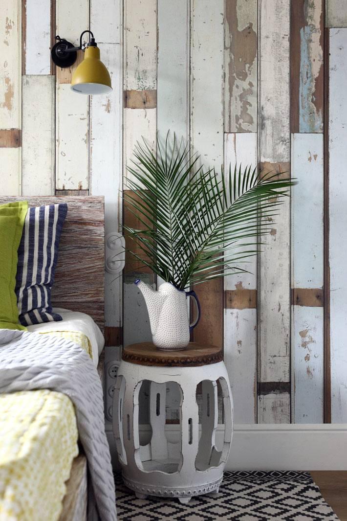 стена из старых деревянных досок в интерьере спальни