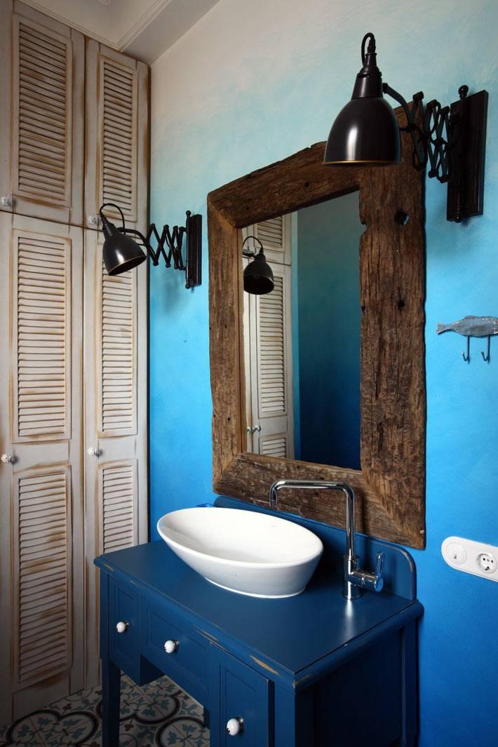 синий цвет и старое зеркало в дизайне ванной комнаты