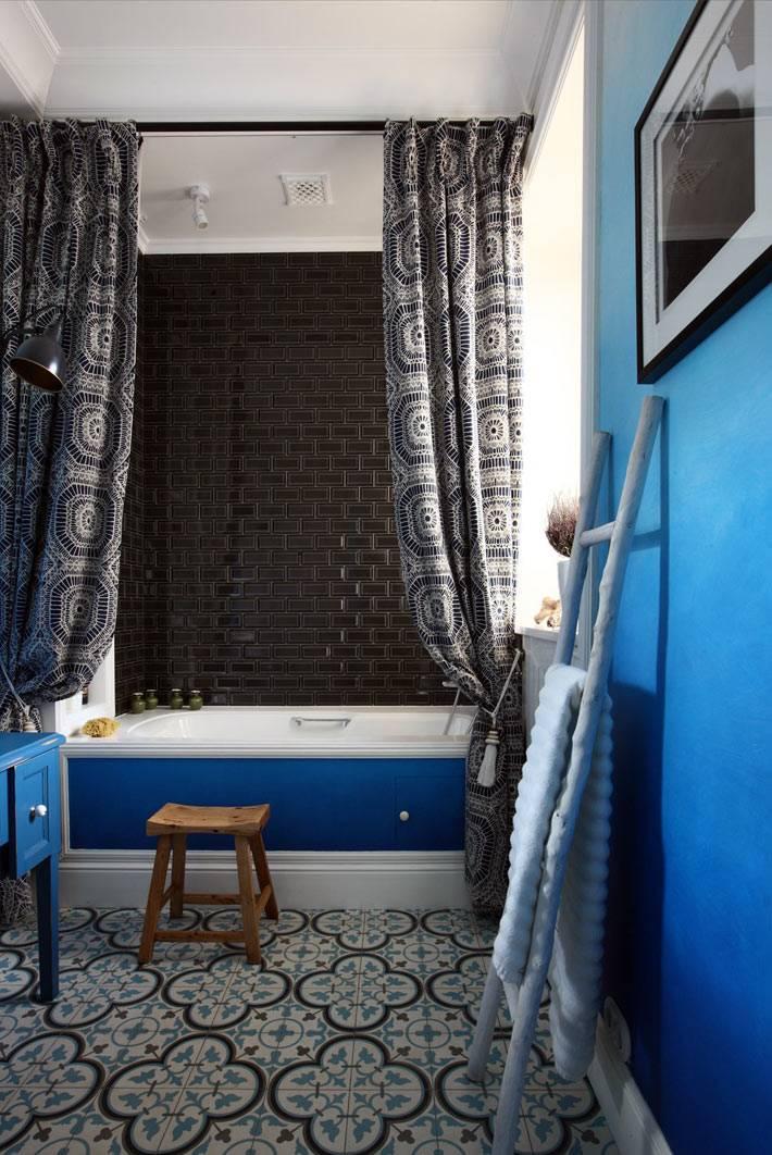 красивая ванная комната с синими стенами в технике омбре