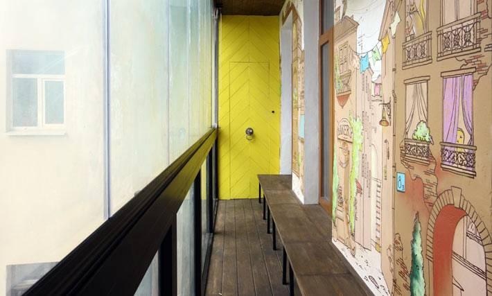 красивый дизайн открытого балкона с разрисованой стеной
