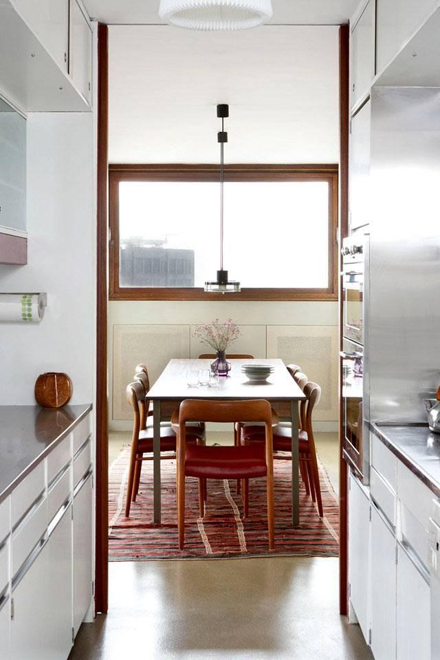 маленькая узкая кухня с ретро мебелью
