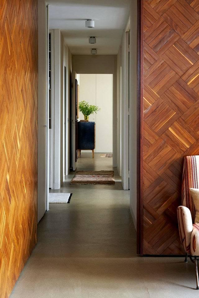 деревянный паркет на стенах в интерьере фото