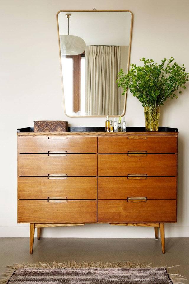 красивый деревянный комод и зеркало в ретро стиле фото