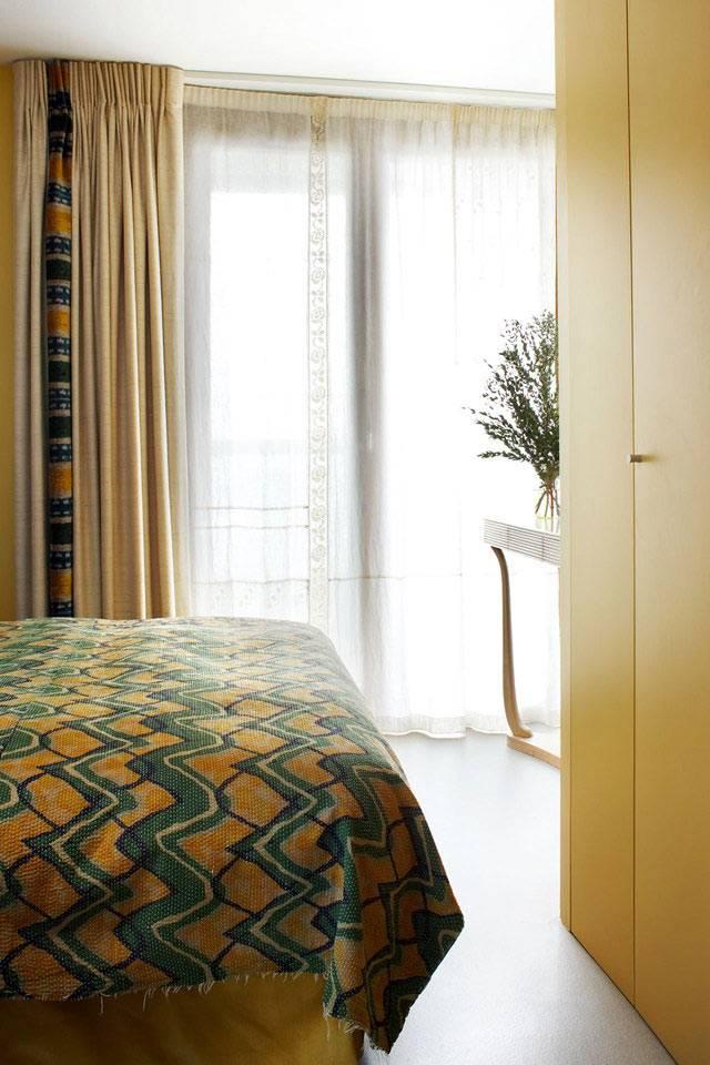 уютный интерьер спальни в желтом цвете