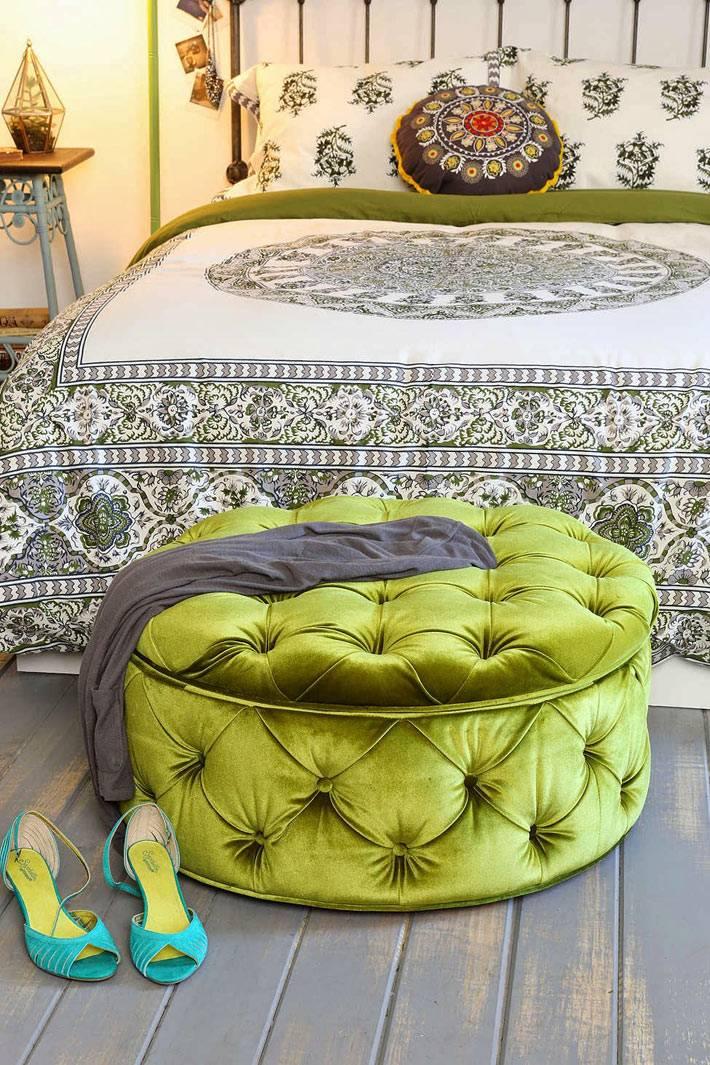 зеленая оттоманка в интерьере спальни
