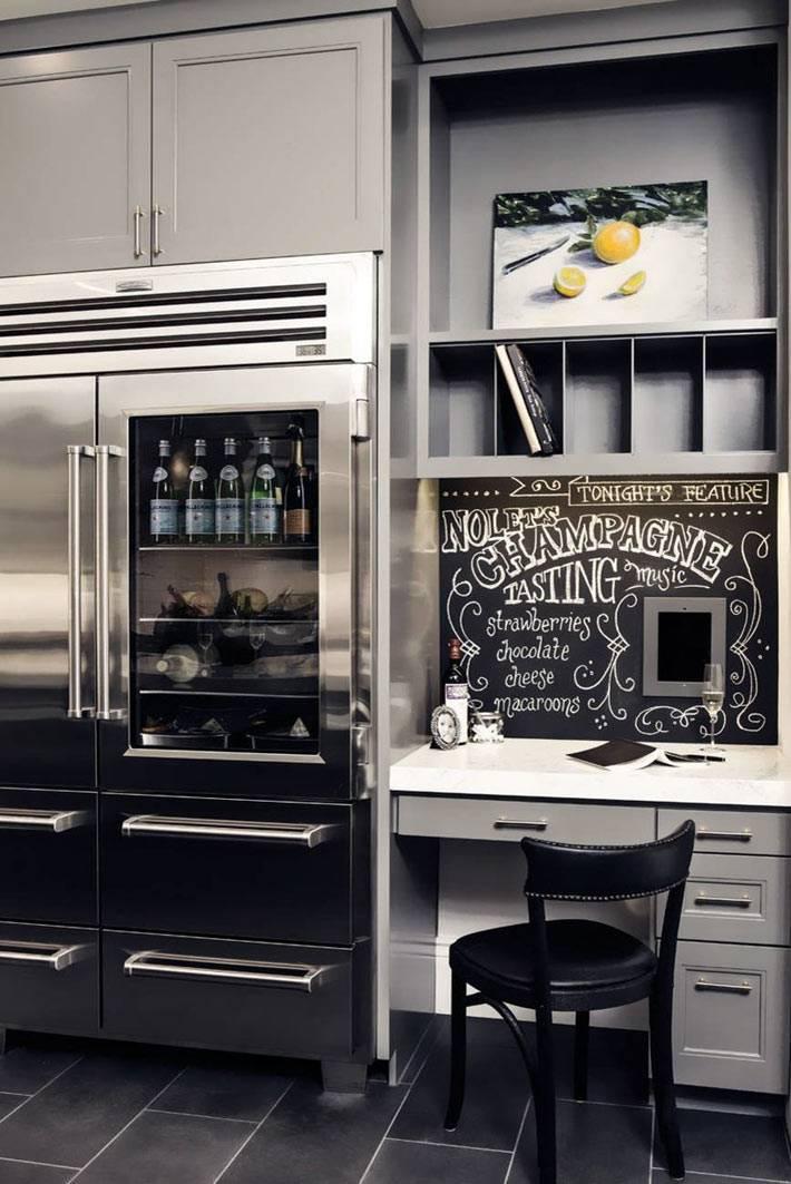 стильный интерьер черной кухни с рабочим столом