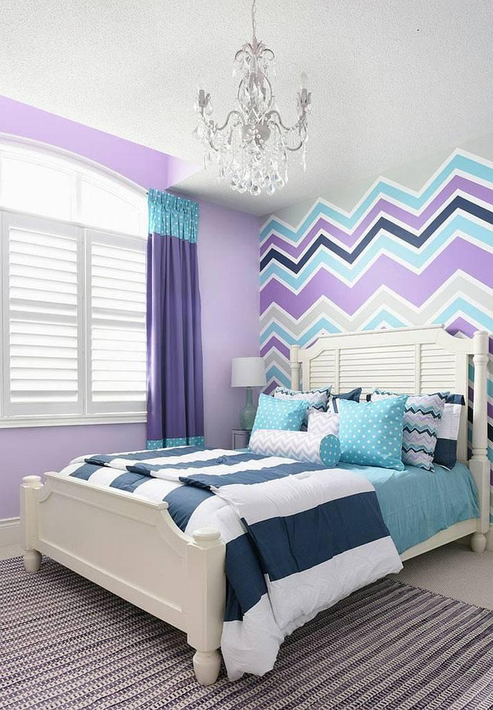 разноцветный узор зигзаг на стене детской комнаты фото