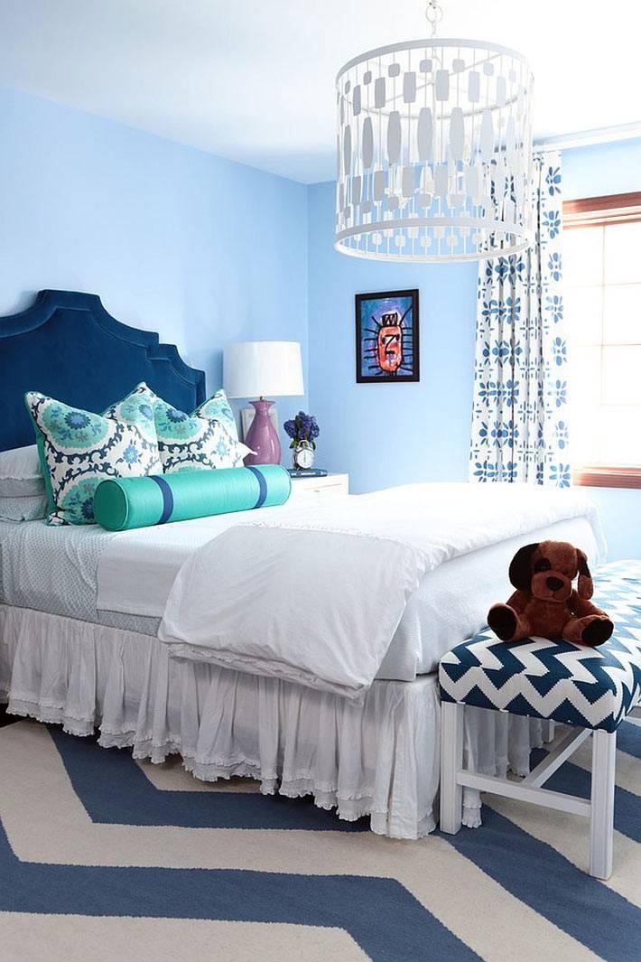 синий цвет и зигзагообразный узор в детской комнате для подростка
