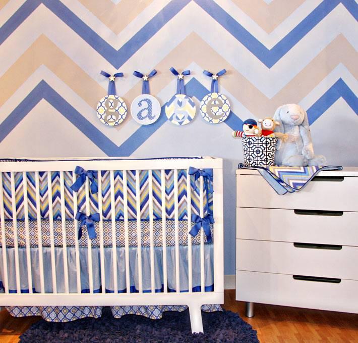 красивая детская комната с узором зигзаг на стене